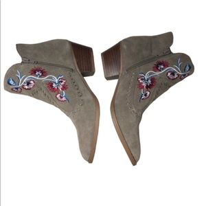 EMBROIDERED CARLOS SANTANA ANKLE  BOOTIES SIZE 6